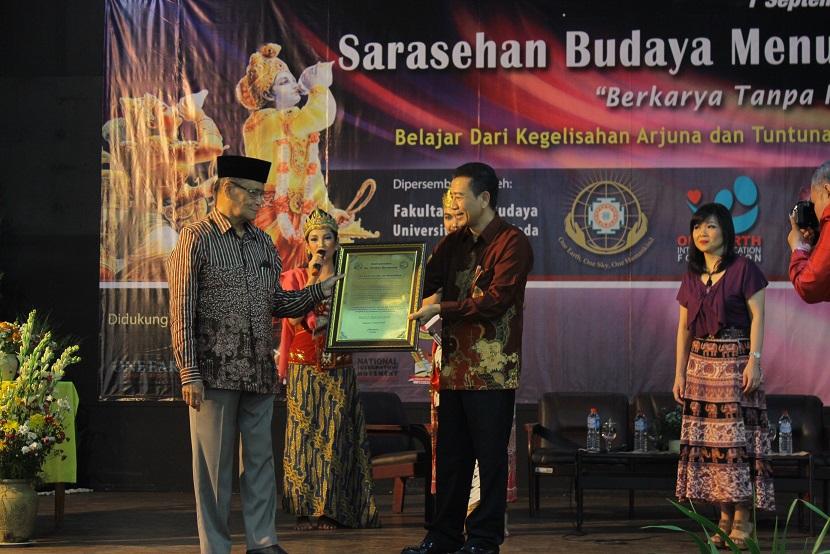 Prof. Dr. Ahmad Syafi'i Ma'arif menerima Global Harmony Award